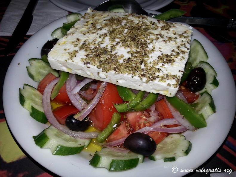 insalata greca con feta mangiare low cost ad atene