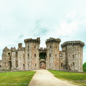 raglan castle in galles