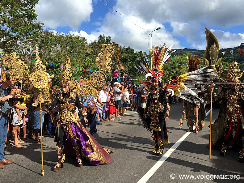 maschere indonesiane al carnevale di victoria seychelles