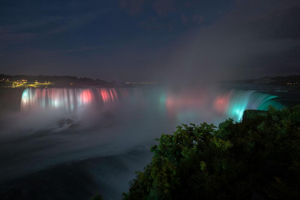 Cascate del Niagara in notturna