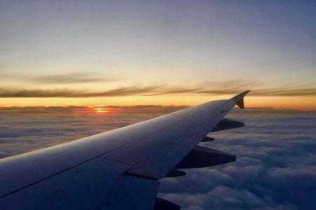 aereo in volo al tramonto