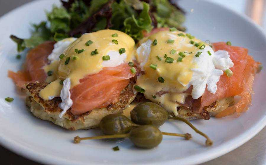 colazione americana uova benedict